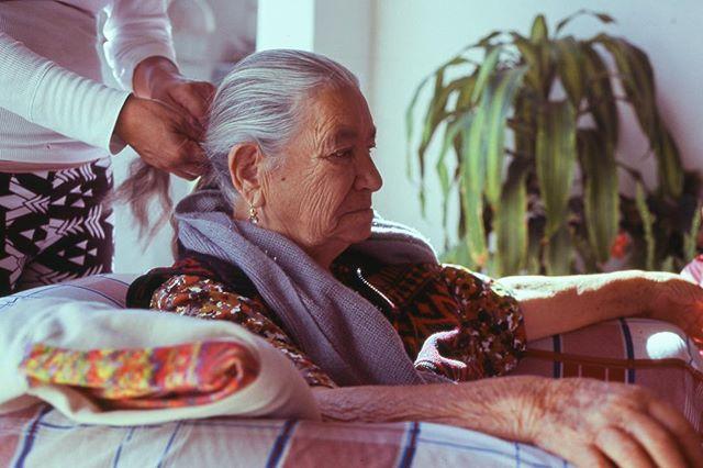 #ektar100 #canonae1 #35mm #film #filmphotography #filmisnotdead #latinx #latinxphotgrapher #mexico #vivamexico #abuela #peinate #somewheremagazine #rentalmag