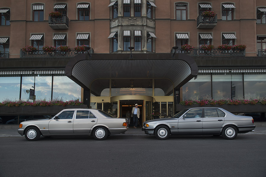 I arranged a shoot out between two of the most iconic luxury saloons of the 80's in downtown Stockholm yesterday. Above, the cars parked outside the Grand Hotel.