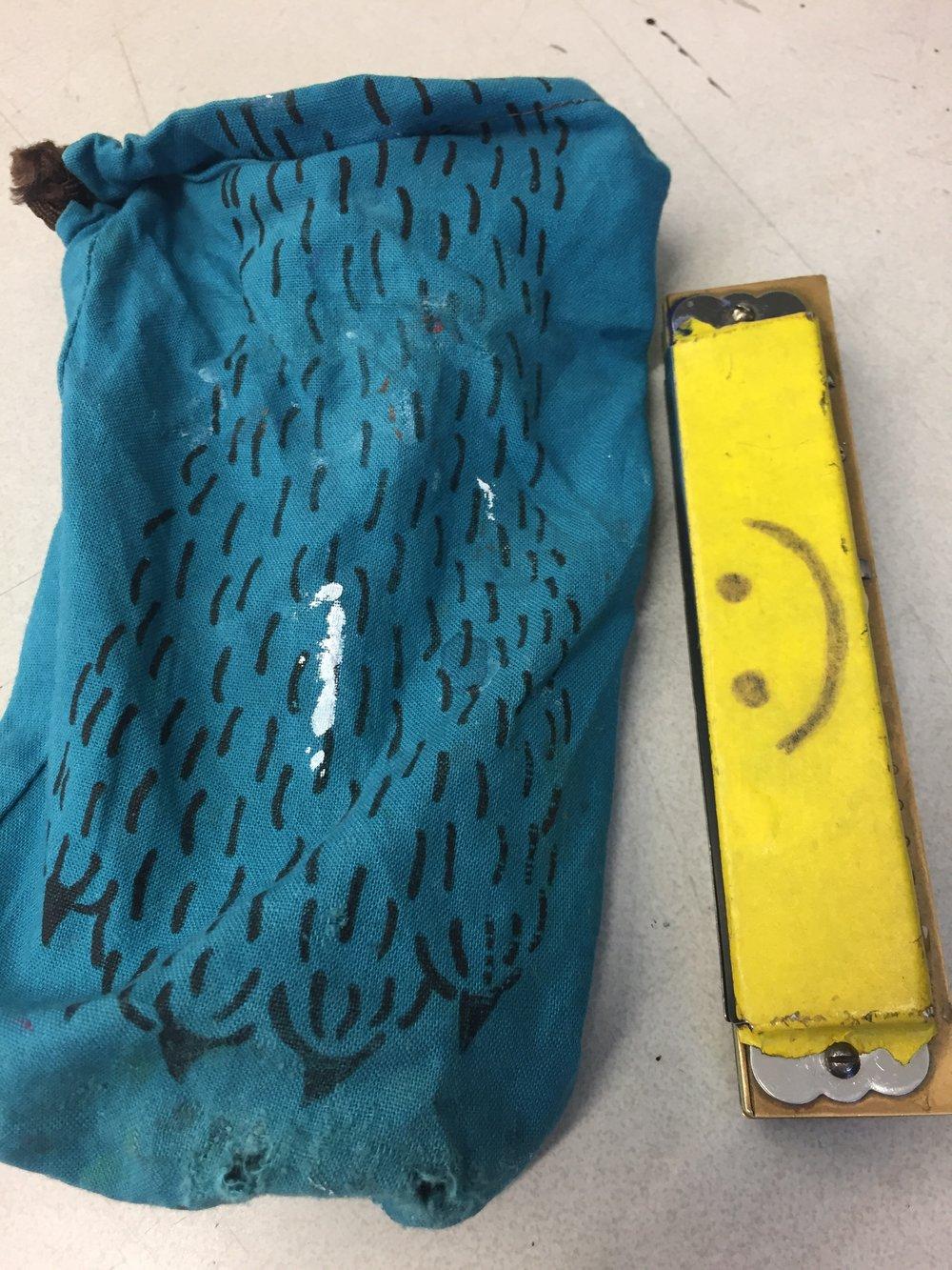 The harmonica pocket, from UTTOKO, got holes on the bottom since I often keep scissors as well. I need to fix the bottom when I have some time. 東京の美大時代の古い友人愛ちゃんのオリジナル手作りバッグブランド UTTOKOの茶巾袋をハーモニカポケットに使っています。ハサミも一緒に入れることが多いので、底に穴が開いてしまいましたが、ここまで使うと愛着いっぱいなので、時間がある時に補強しよう。
