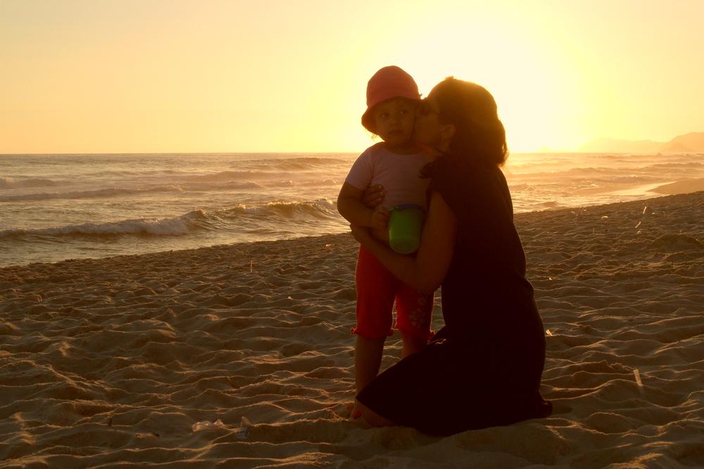 Eu e Maria (com 3 anos) na praia da Barra no RJ, onde passei minha infância.