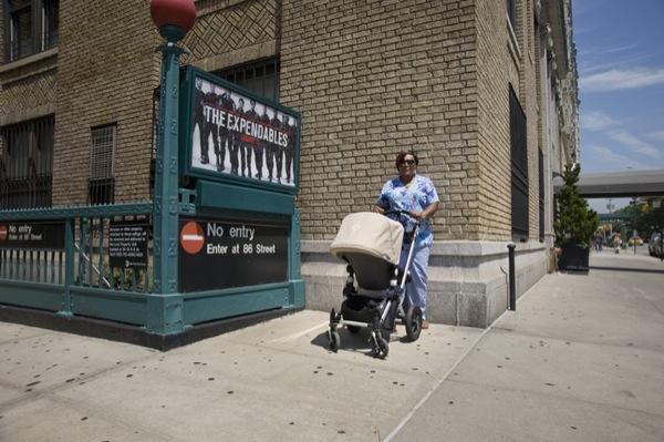 Sharon na frente da estação de metro que fica perto da prédio em Central Parl West, no qual a criança que ela cuida mora. Ela diz que sente saudades da sua própria filha, e que manda dinheiro para casa.