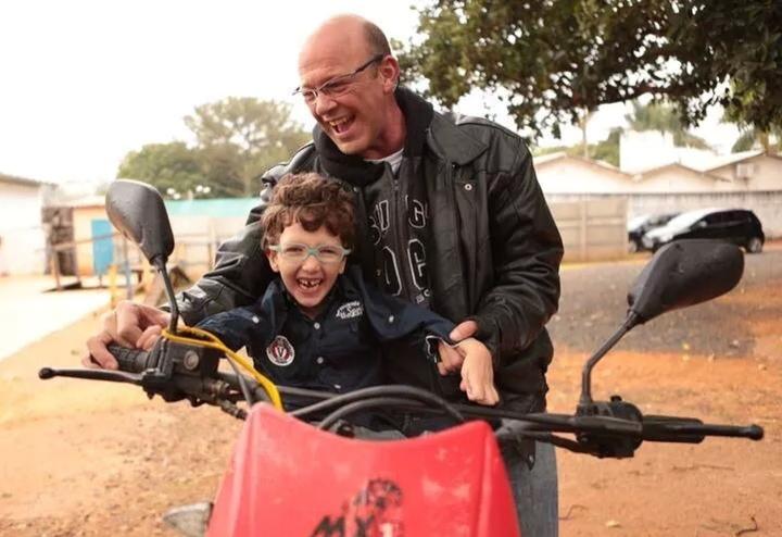 Pedro e o pai, Adauthos Barbosa. Sorrir parece mesmo que é a regra da família. (Foto: arquivo pessoal)
