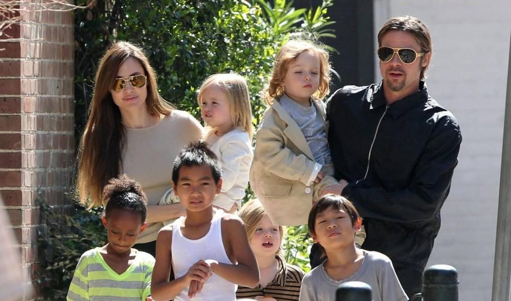 Angelina Jolie e Brad Pitt tem 6 filhos, 3 deles adotivos e estão prestes a adotar mais um.