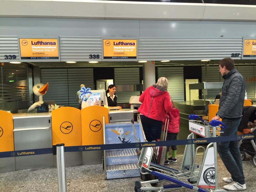 Em Frankfurt, ALufthansa oferece guiché especial para famílias com crianças pequenas, mas para mim o mais importante é ter um serviço bom à bordo.