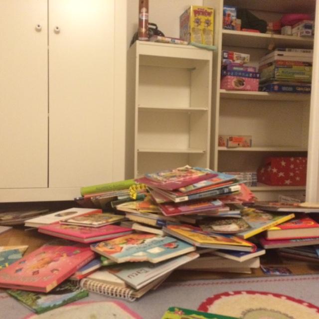 Aqui todos os livros dos meus filhos. Doamos alguns e organizamos o resto. Ficou bem mais fácil de achar os livros que realmente estamos lendo.