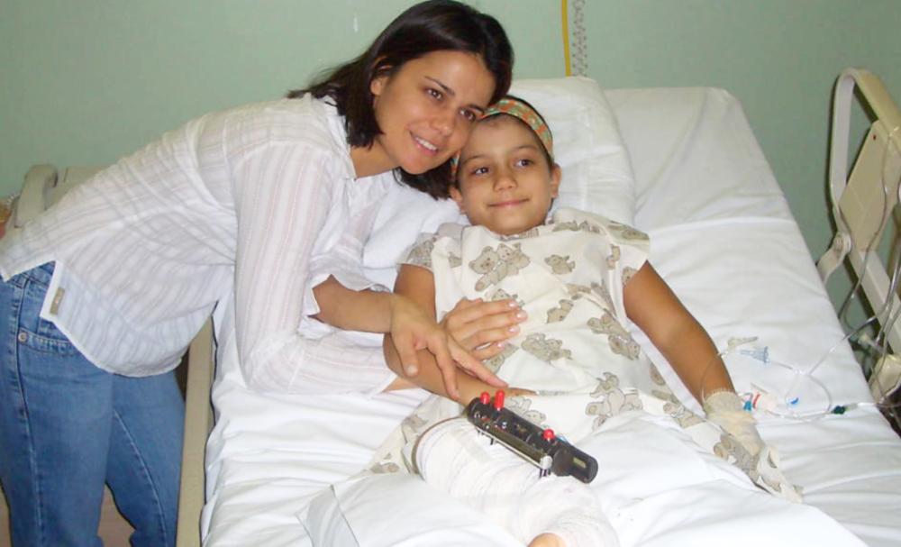 Foto: Adriana com a filha Giovanna, na recuperação de uma cirurgia em 2005. (arquivo da família)