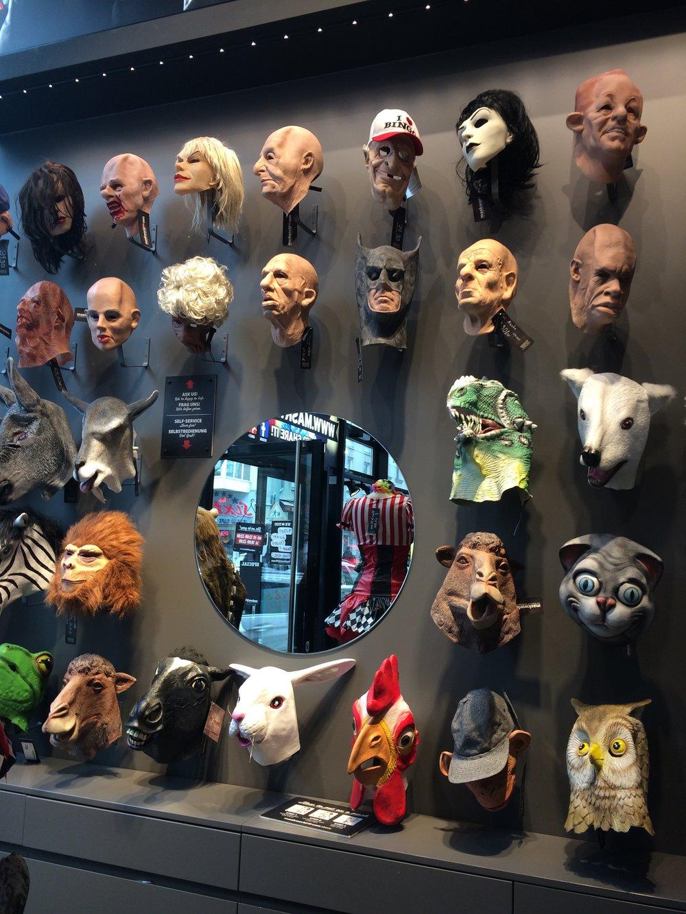 Loja de máscaras, não me lembro onde, mas era Berlim
