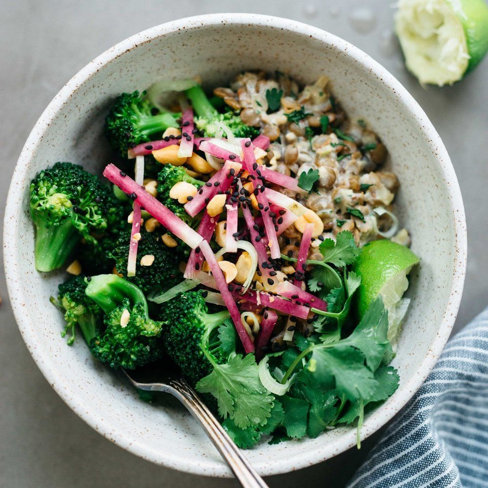 spicy broccoli bowl w/ creamy ginger lentils