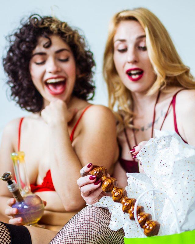 What gifts did you get this holiday season? 🎁 Perhaps a bong? Or a wooden dildo from @diggersdildos?! 😮 Photo taken at the @420pinups shootfest in LA last month ❤️ Models: @psylosuicide & @uainerose420 🎁 🎁 🎁 #kactusphoto#420pinups#stonerchick#420girls#stonergirl#420babes#girlswhosmokeweed#cannabis#legalizeit#weedsmokingirls#ganjachicks#hopsmokeweed#highmerica#420wild#fadedangels#budsnbabes#girlgaze#420hunnys#sexpositive#dildo#weedgirls#girlsgoneweed#suicidegirls#cannababes#cannabismodel#xxxmas#bong#bongs