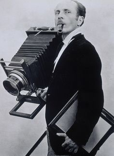 Edward Weston con il suo grande formato immortalato da Tina Modotti