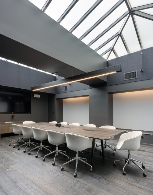 Aesthetes are welcome in this minimalist conference room with a simplistic design and reserved palette.
