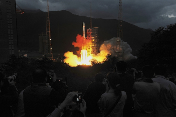 (Photo : Reuters) Spectators look on at the launch of the Chang'e spacecraft.