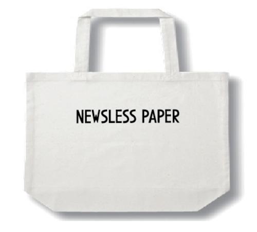 「NEWSLESS PAPER」のタイトルをシルクプリントしたトートバッグ。 2,625 yen(tax-in) W 450 x D 135 x H 365 (mm)