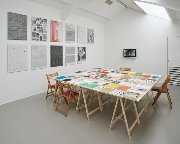 Roma Publications - 1998年にグラフィックデザイナーのRoger Willems、アーティストのMark MandersとMarc Nagtzaamが設立したアート出版社。アーティスト、組織、ライター、デザイナーと密に協力しながら作られる出版物を制作し、流通するプラットフォームです。ローカル誌からエクスクルーシブな書籍までを手がけ、それぞれのコンテンツに合わせて装丁や流通を変えています。これまでに2部から15万部までと、さまざまな部数の出版物を刊行してきました。また、本とアート作品を融合する展覧会のキュレーションも行っています。今回は、9月に刊行されたばかりの新刊も含め40タイトルを取り扱います。