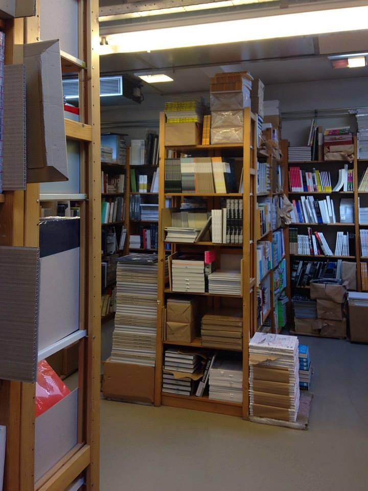 IDEA BOOKS - アイデアブックスは1976年設立、オランダ・アムステルダムに拠点をおく、インディーズ系アートブック専門のディストリビューター(卸会社)。様々な国の展覧会カタ ログ、建築、写真、など現代アートにフォーカスした海外の美術書を世界各国の専門書店に卸をしている。日本の出版物も数多く取扱いロンドン、ニューヨーク、 パリなどのミュージアムショップにも書籍を紹介しています。IDEA BOOKSからは、新刊からベストセラーまで60タイトルが届きました。