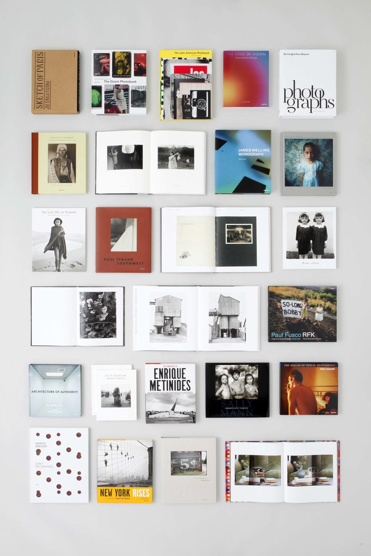 Aperture - 1952年の創設以来、写真のコミュニティの中心として、制作/出版/写真のプロジェクトに関するプログラムを運営し、国内外へと発信しています。年間12~15タイトルの写真集を発行するかたわら、デジタル出版プログラムにも注力しています。定期的な取り組みとしては、代表的な活動[Aperture Magazine]をはじめ、ニューヨークにあるギャラリースペースにおける展覧会開催(年1回)、年2回刊行される写真集における批評[The PhotoBook Review]のリリース、また、年に一度のポートフォリオ・アワードやパリ・フォトでのフォトブック・アワードを設けるなど、多岐にわたります。ニューヨークのギャラリー/ブックストア、そしてパートナー会場でトークイベント、ワークショップ、ブックサイニング、レクチャーなどのイベントを開催し、コミュニティをつなげて、新たな読者を取り込むことに寄与しています。今回は2016年以降に刊行された写真集より、10タイトルほどが並びます。