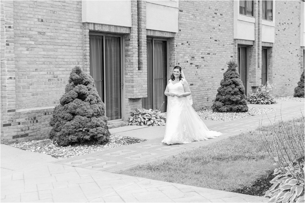 modern-and-elegant-wedding-photos-at-kensington-court-in-ann-arbor-mi-by-courtney-carolyn-photography_0030.jpg