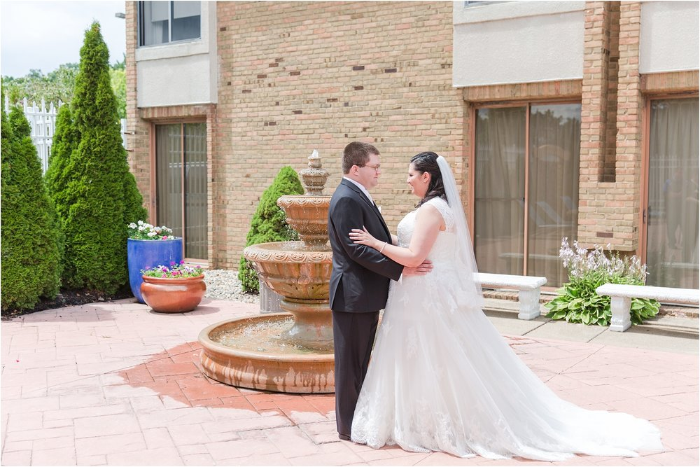 modern-and-elegant-wedding-photos-at-kensington-court-in-ann-arbor-mi-by-courtney-carolyn-photography_0034.jpg