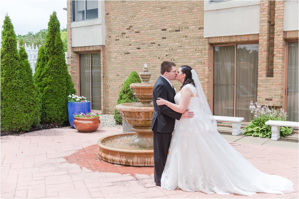 modern-and-elegant-wedding-photos-at-kensington-court-in-ann-arbor-mi-by-courtney-carolyn-photography_0038.jpg