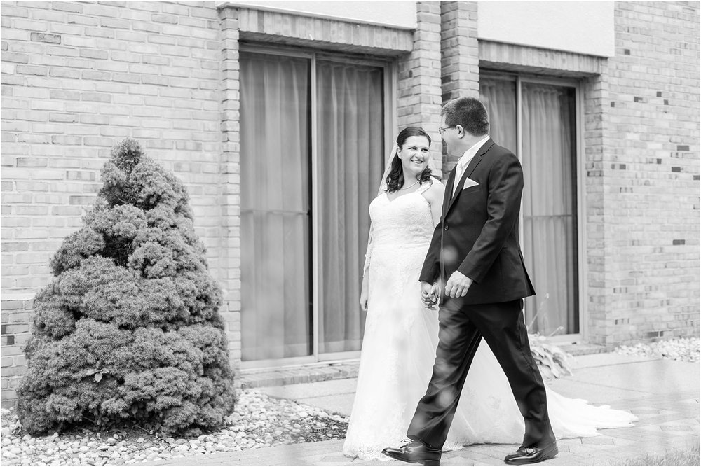 modern-and-elegant-wedding-photos-at-kensington-court-in-ann-arbor-mi-by-courtney-carolyn-photography_0043.jpg