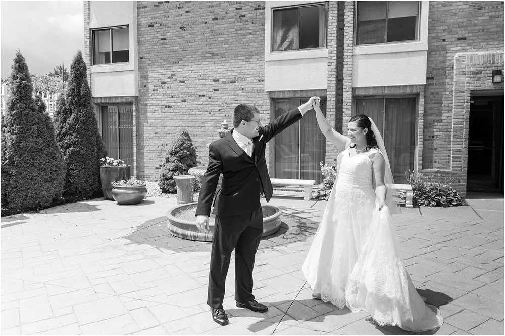 modern-and-elegant-wedding-photos-at-kensington-court-in-ann-arbor-mi-by-courtney-carolyn-photography_0049.jpg