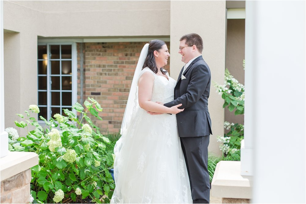 modern-and-elegant-wedding-photos-at-kensington-court-in-ann-arbor-mi-by-courtney-carolyn-photography_0058.jpg
