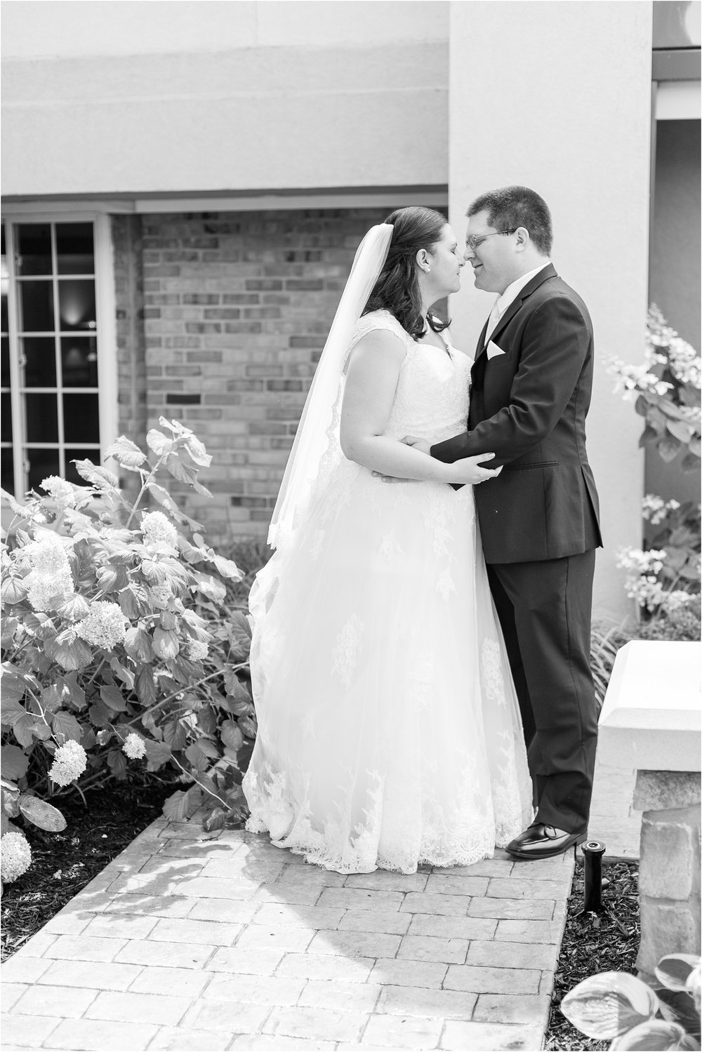 modern-and-elegant-wedding-photos-at-kensington-court-in-ann-arbor-mi-by-courtney-carolyn-photography_0068.jpg