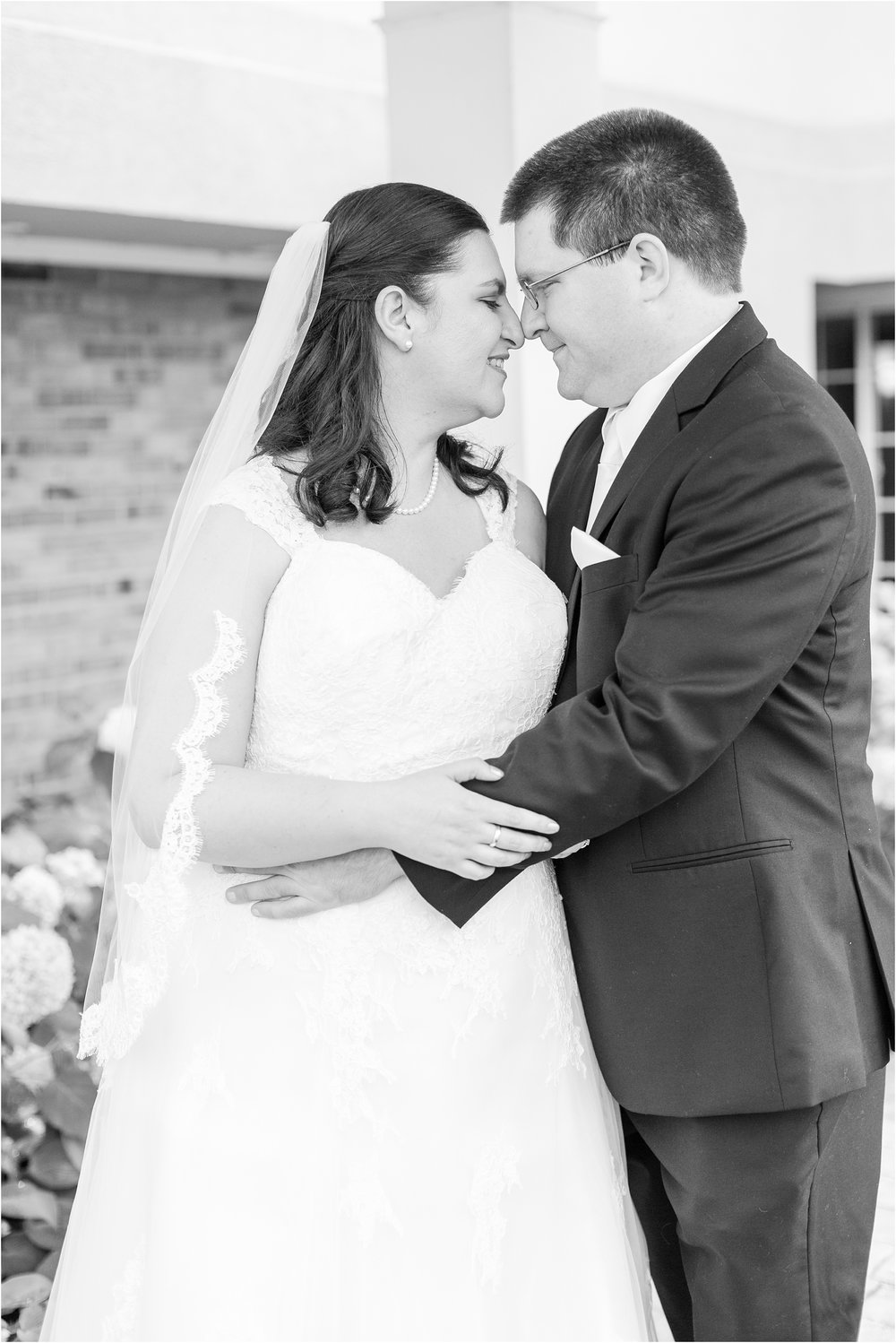 modern-and-elegant-wedding-photos-at-kensington-court-in-ann-arbor-mi-by-courtney-carolyn-photography_0075.jpg