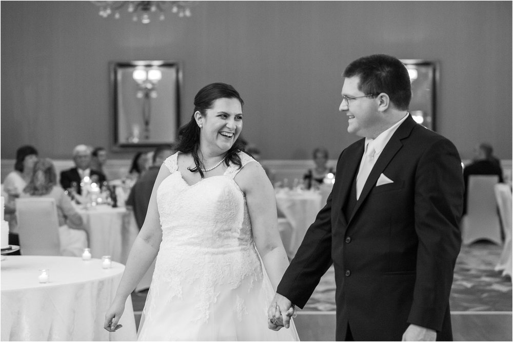 modern-and-elegant-wedding-photos-at-kensington-court-in-ann-arbor-mi-by-courtney-carolyn-photography_0097.jpg