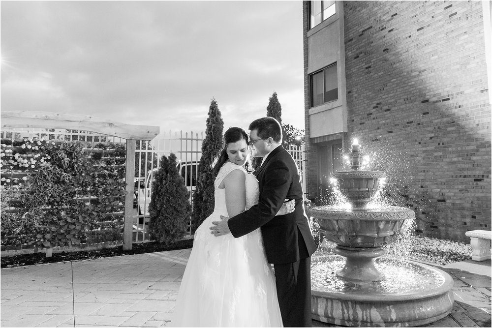 modern-and-elegant-wedding-photos-at-kensington-court-in-ann-arbor-mi-by-courtney-carolyn-photography_0104.jpg