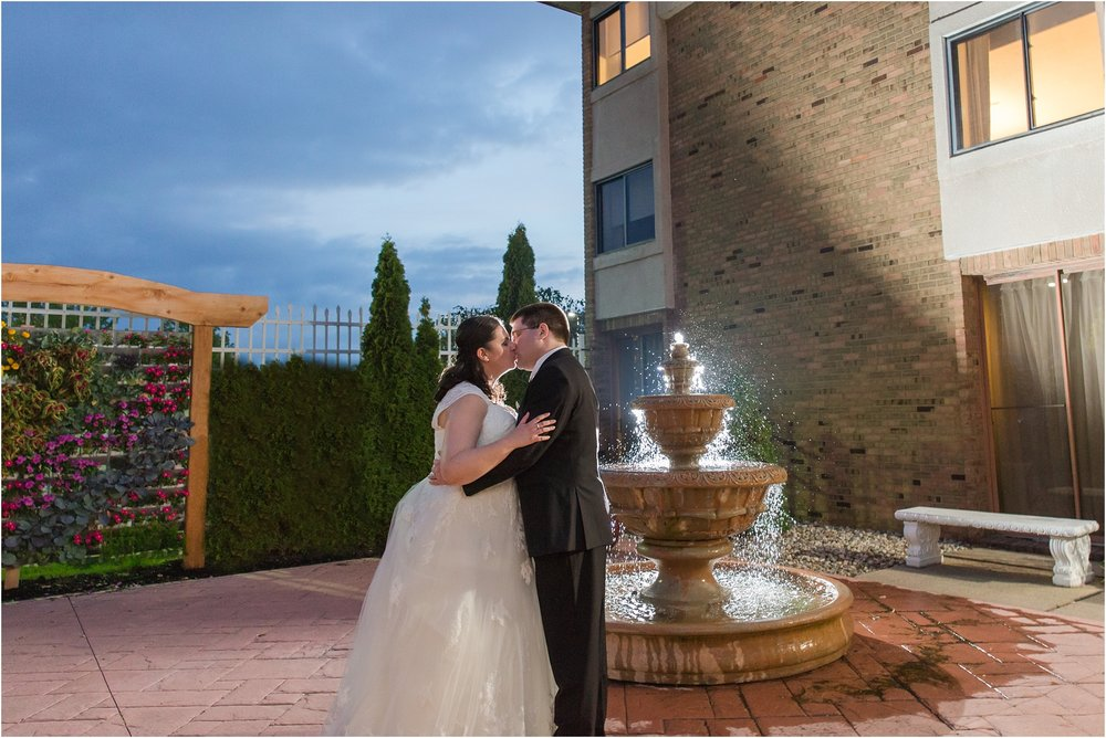 modern-and-elegant-wedding-photos-at-kensington-court-in-ann-arbor-mi-by-courtney-carolyn-photography_0111.jpg