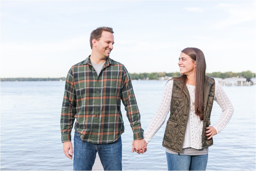 relaxed-autumn-engagement-photos-at-hudson-mills-metropark-in-dexter-mi-by-courtney-carolyn-photography_0011.jpg