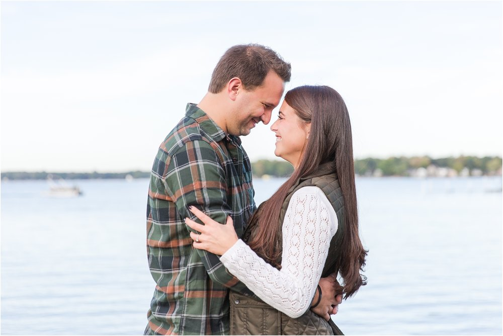 relaxed-autumn-engagement-photos-at-hudson-mills-metropark-in-dexter-mi-by-courtney-carolyn-photography_0014.jpg