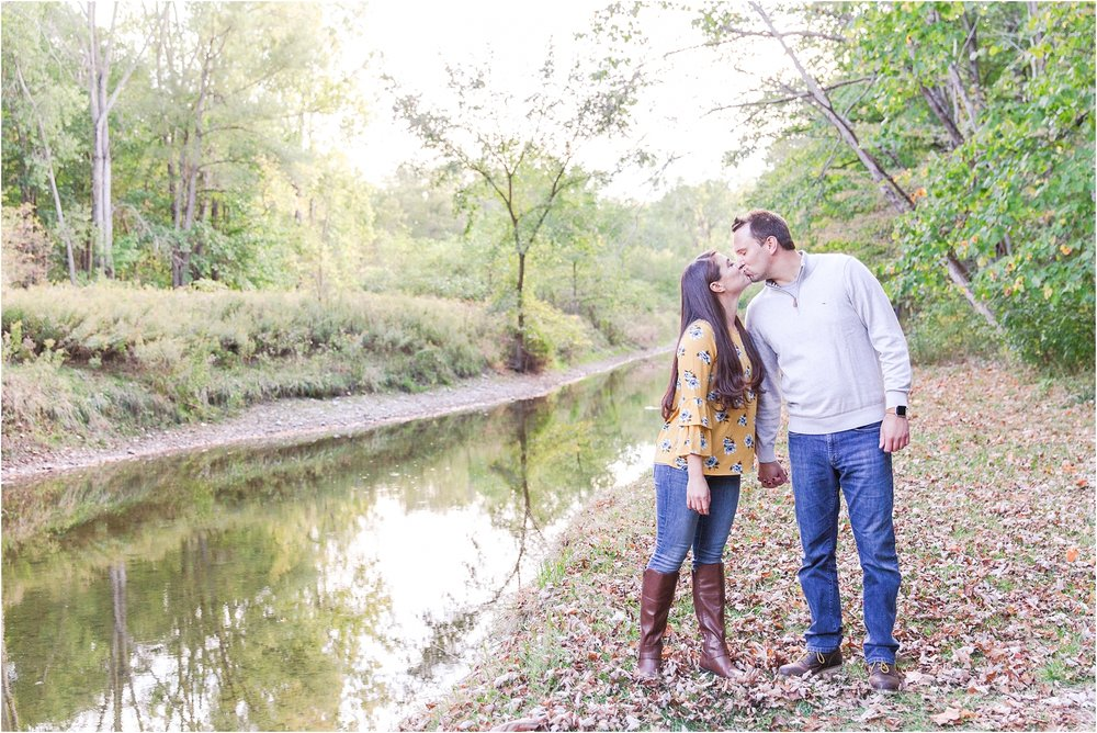 relaxed-autumn-engagement-photos-at-hudson-mills-metropark-in-dexter-mi-by-courtney-carolyn-photography_0034.jpg