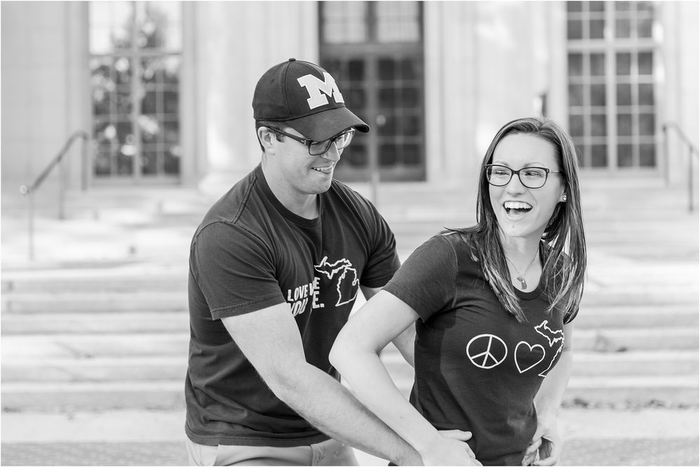 classic-fall-engagement-photos-at-the-university-of-michigan-in-ann-arbor-mi-by-courtney-carolyn-photography_0011.jpg
