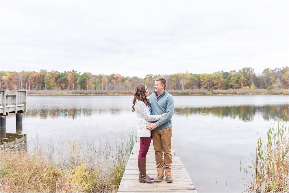 colorful-fall-engagement-photos-at-the-lake-at-huron-meadows-metropark-in-brighton-michigan-by-courtney-carolyn-photography_0029.jpg