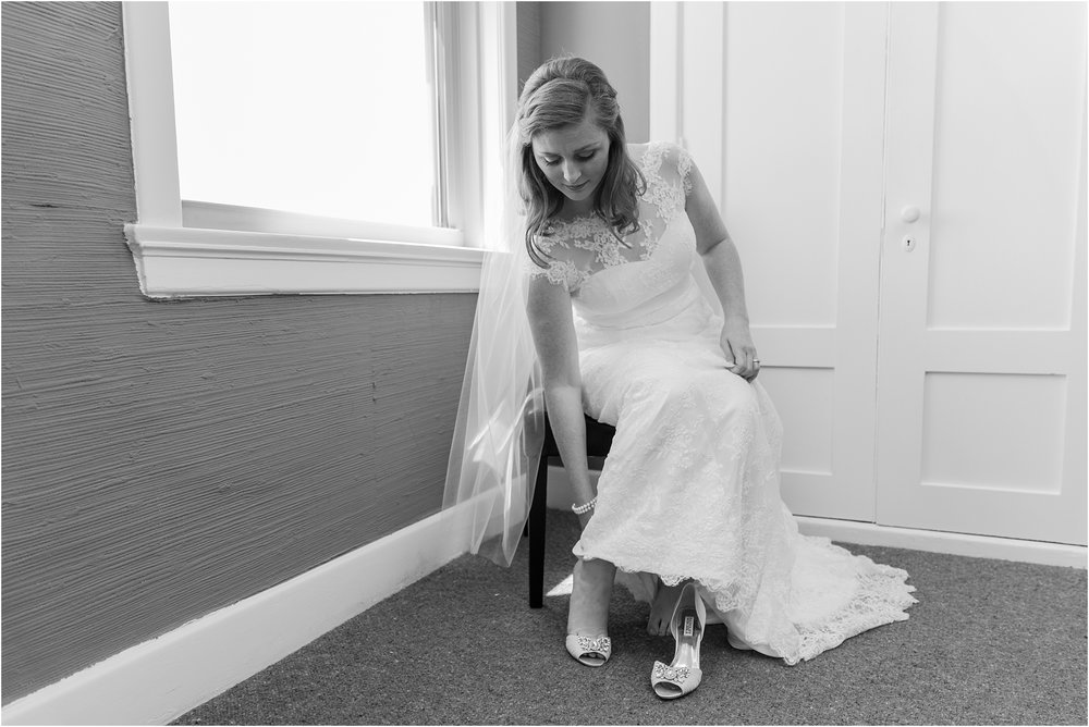 emotional-candid-romantic-wedding-photos-in-detroit-chicago-northern-michigan-by-courtney-carolyn-photography_0021.jpg