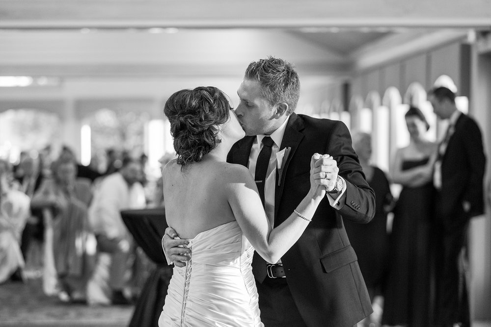 romantic-artful-candid-wedding-photos-in-detroit-lansing-ann-arbor-northern-michigan-and-chicago-by-courtney-carolyn-photography_0013.jpg
