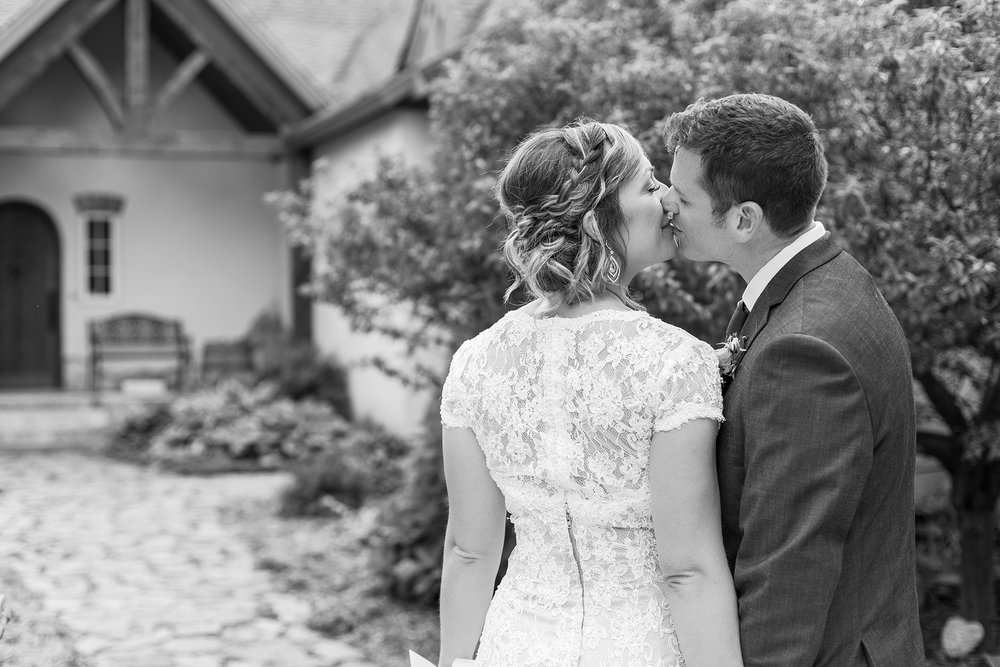 romantic-artful-candid-wedding-photos-in-detroit-lansing-ann-arbor-northern-michigan-and-chicago-by-courtney-carolyn-photography_0053.jpg