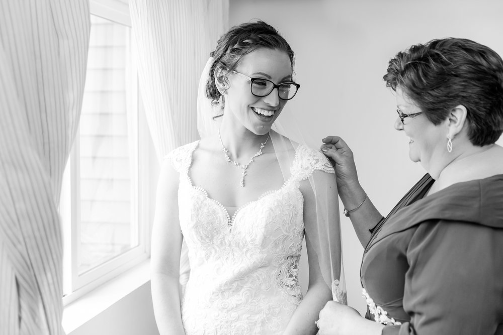 classic-timeless-candid-wedding-photos-in-grosse-ile-and-trenton-michigan-by-courtney-carolyn-photography_0009.jpg