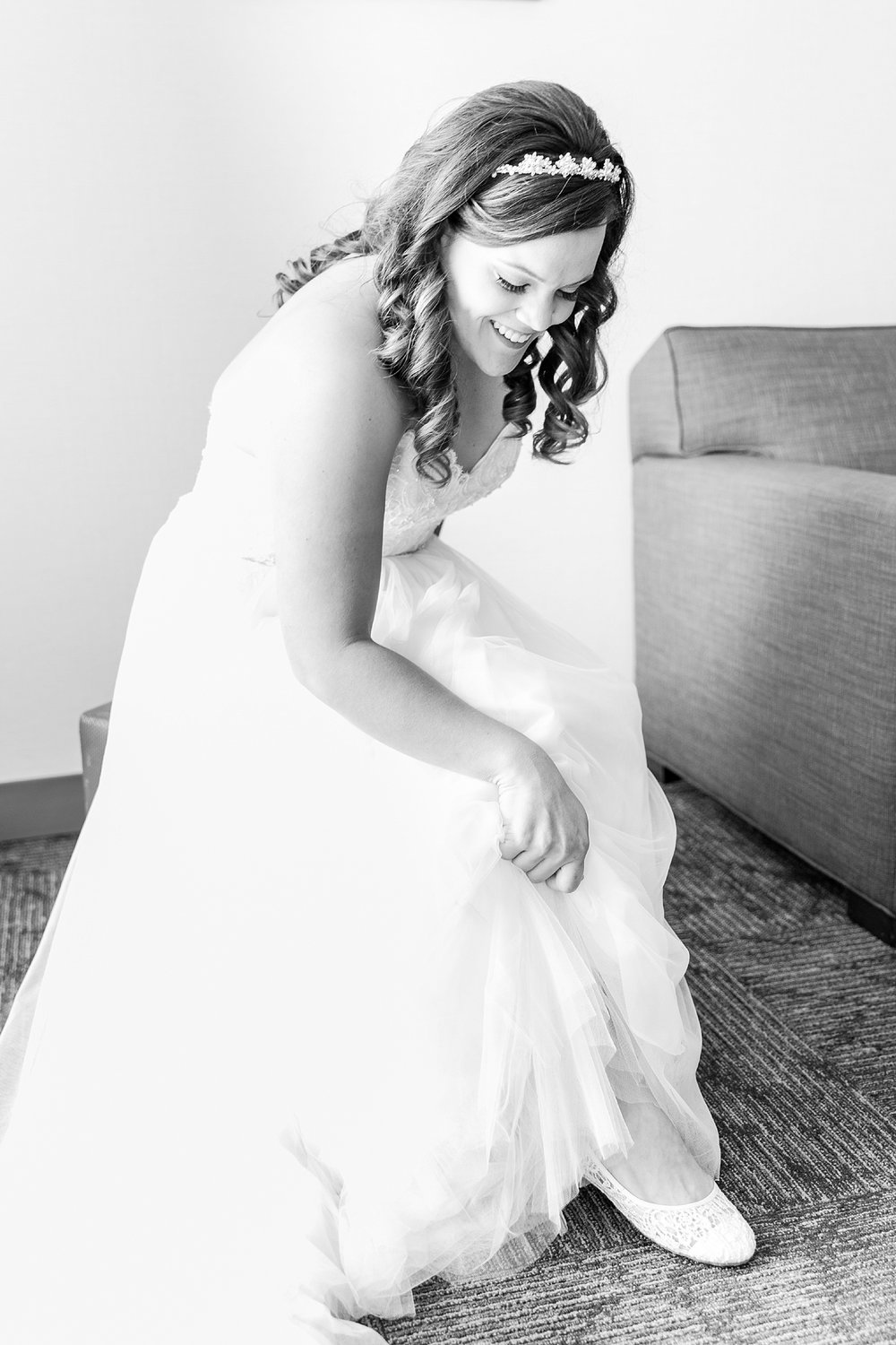 romantic-artful-candid-wedding-photos-in-st-clair-shores-at-the-white-house-wedding-chapel-by-courtney-carolyn-photography_0013.jpg