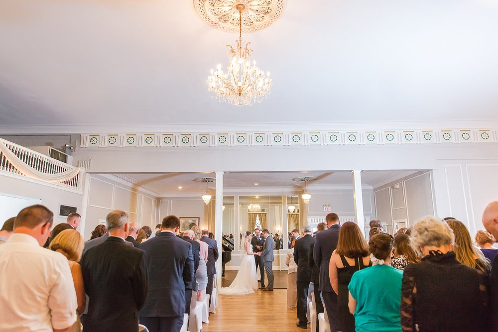 classic-intimate-fun-wedding-photos-at-the-meeting-house-grand-ballroom-in-plymouth-michigan-by-courtney-carolyn-photography_0026.jpg