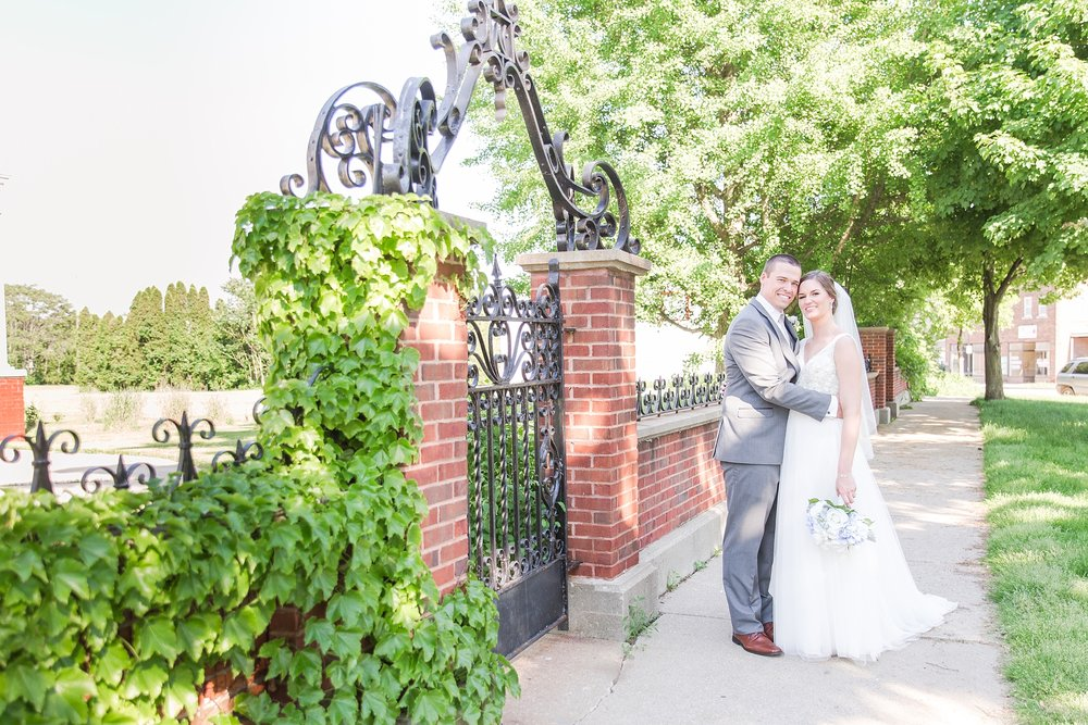classic-intimate-fun-wedding-photos-at-the-meeting-house-grand-ballroom-in-plymouth-michigan-by-courtney-carolyn-photography_0036.jpg