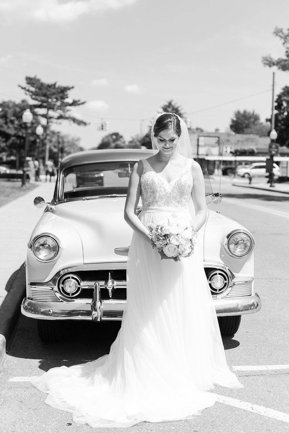 classic-intimate-fun-wedding-photos-at-the-meeting-house-grand-ballroom-in-plymouth-michigan-by-courtney-carolyn-photography_0041.jpg