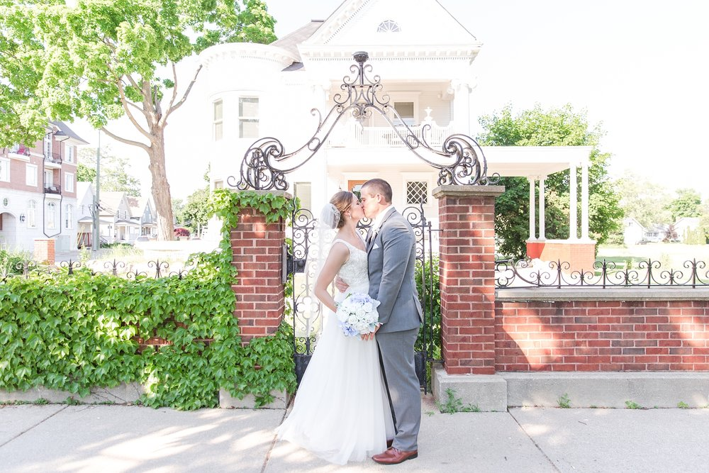 classic-intimate-fun-wedding-photos-at-the-meeting-house-grand-ballroom-in-plymouth-michigan-by-courtney-carolyn-photography_0042.jpg
