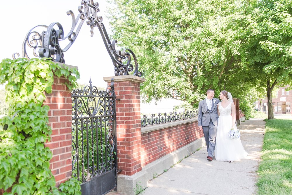 classic-intimate-fun-wedding-photos-at-the-meeting-house-grand-ballroom-in-plymouth-michigan-by-courtney-carolyn-photography_0044.jpg