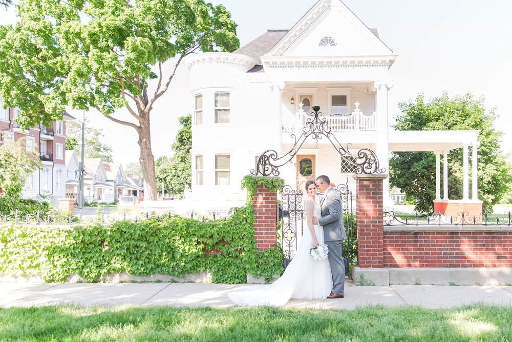 classic-intimate-fun-wedding-photos-at-the-meeting-house-grand-ballroom-in-plymouth-michigan-by-courtney-carolyn-photography_0056.jpg