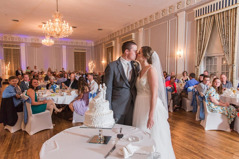 classic-intimate-fun-wedding-photos-at-the-meeting-house-grand-ballroom-in-plymouth-michigan-by-courtney-carolyn-photography_0080.jpg