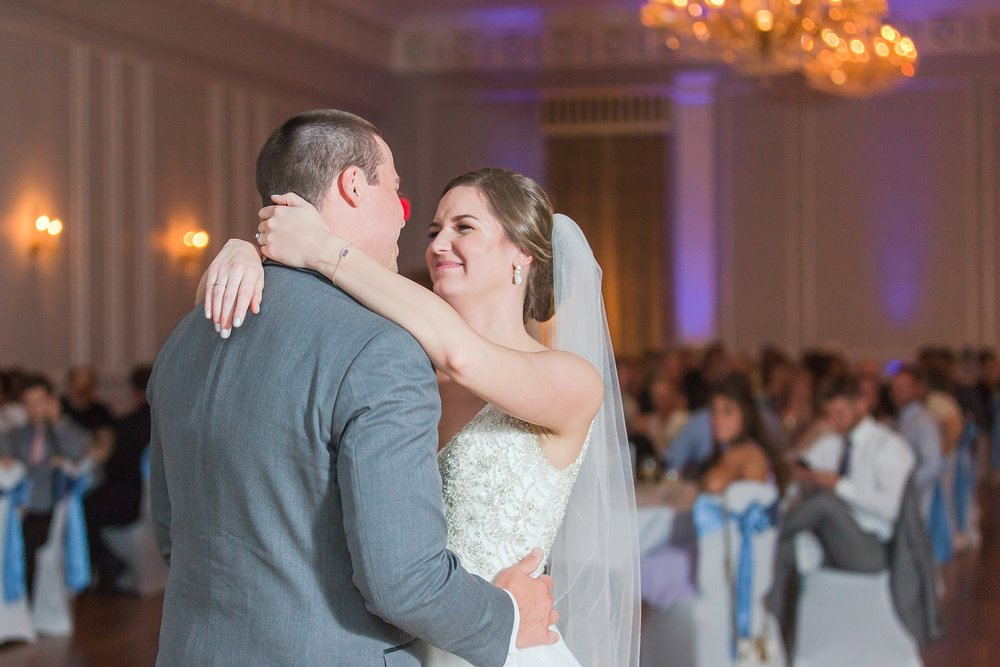 classic-intimate-fun-wedding-photos-at-the-meeting-house-grand-ballroom-in-plymouth-michigan-by-courtney-carolyn-photography_0096.jpg