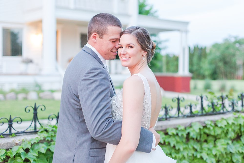 classic-intimate-fun-wedding-photos-at-the-meeting-house-grand-ballroom-in-plymouth-michigan-by-courtney-carolyn-photography_0099.jpg